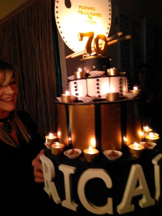 Ana Muda sacando la tarta