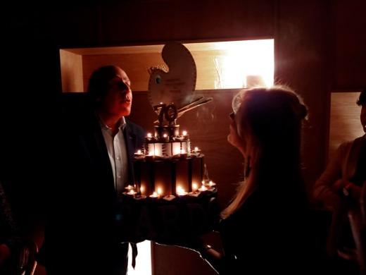 Ricardo Asensio soplando las velas
